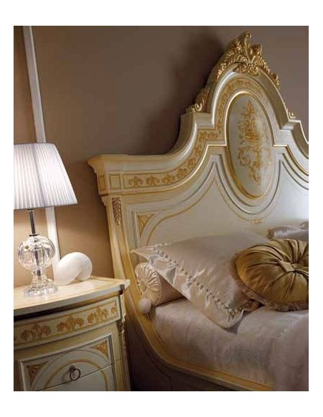 Queen and King Sized Beds Elegant bed set. Luxury furniture.